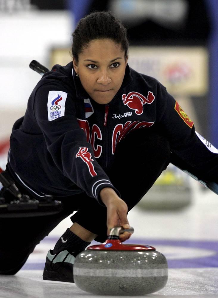 Россиянка Кира Езех (30) на Олимпиаде в Сочи являлась запасной. Трижды участвовала в зимних Олимпиадах в составе российской сборной (2002, 2006 и 2010), чемпионка Европы. Отец спортсменки из Нигерии, мать – русская