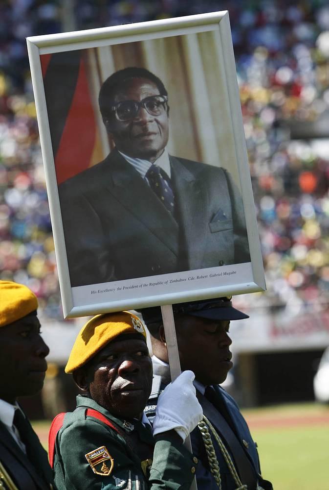 В 2002 году ЕС и США, возмущенные непрекращающимся насилием и вопиющими нарушениями прав человека, о которых стало известно во время президентской кампании, приняли решение о введении экономических санкций против режима Мугабе