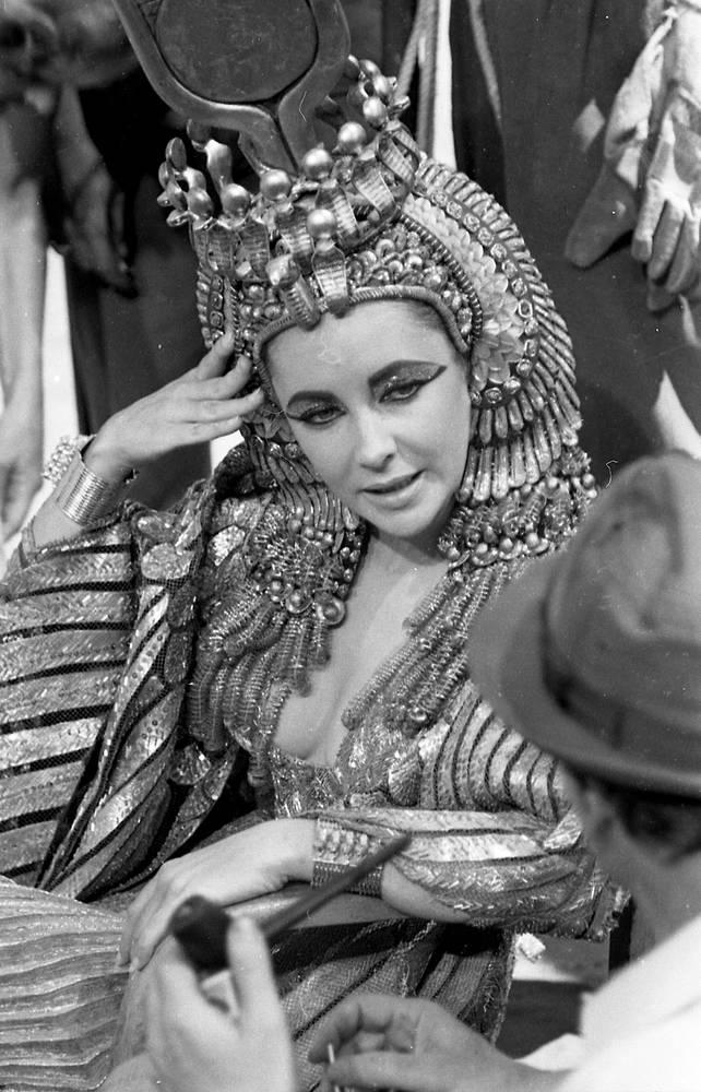 В 1961 году Элизабет Тейлор получила предложение исполнить роль Клеопатры в одноименном историческом фильме. Ей был предложен неслыханный по тем временам гонорар в 1 миллион долларов