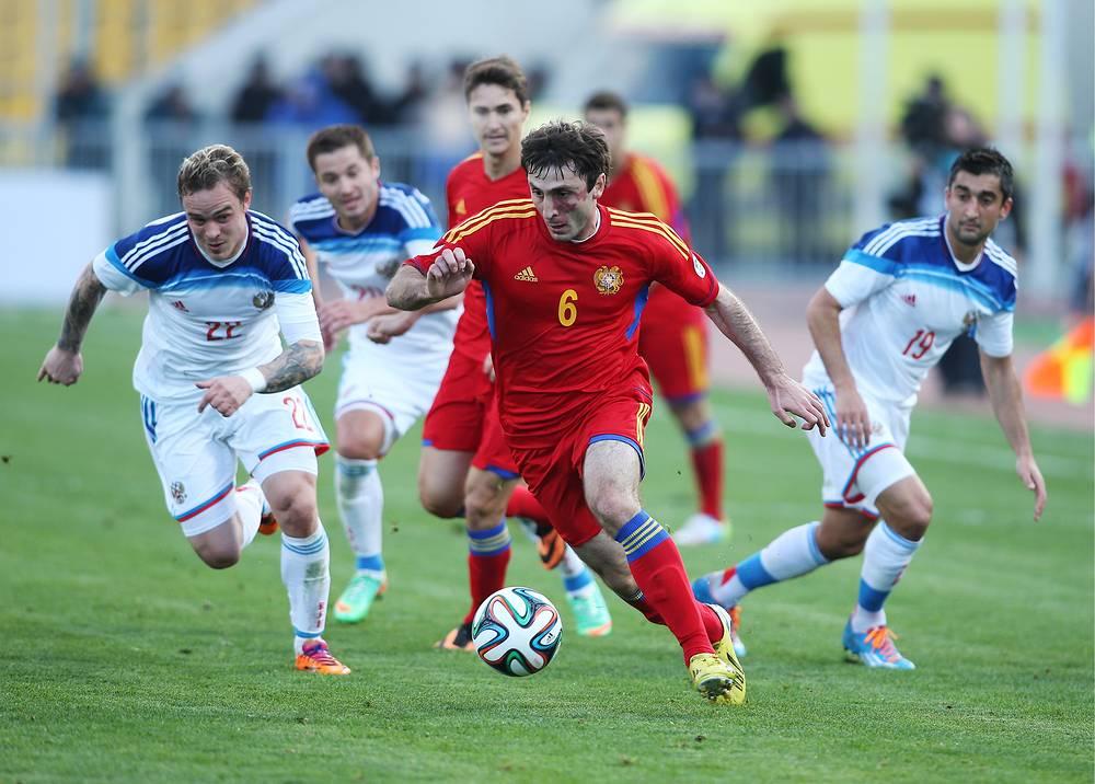 Игроки сборных Армении Карлен Мкртчян (в центре) и России Алексей Ионов (слева), Александр Рязанцев (справа)