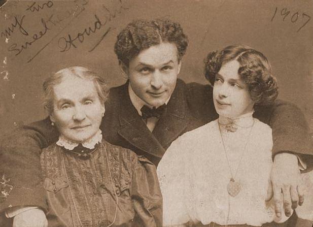 Гарри Гудини родился в Будапеште 24 марта 1874 года и был одним из семерых детей в семье. Спустя четыре года семья будущего иллюзиониста переехала в США. На фото: Гарри Гудини с супругой Беатриc (справа) и матерью Сесилией