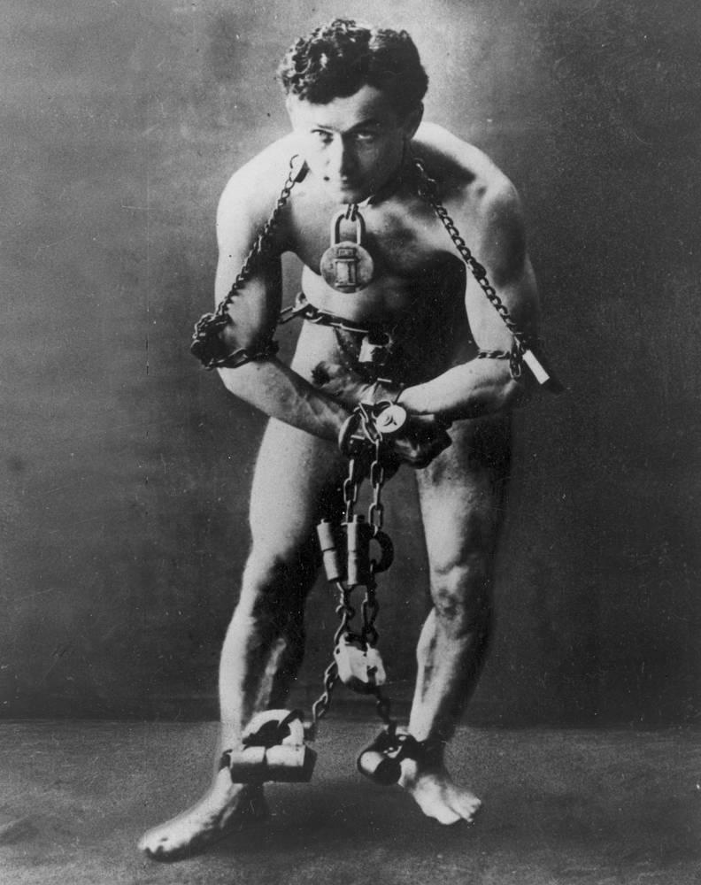 За выполнение невероятных трюков Гарри Гудини получил прозвище Король наручников. После значительного успеха в карьере в конце 1890-х Гудини с женой отправились в Европу