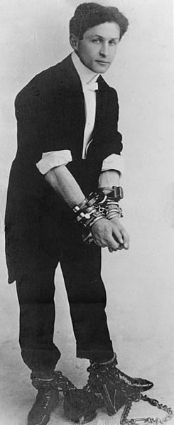 Великий иллюзионист гастролировал и в России. Гудини демонстрировал освобождение из Бутырской тюрьмы, выступал в различных театрах, побывал на Нижегородской ярмарке