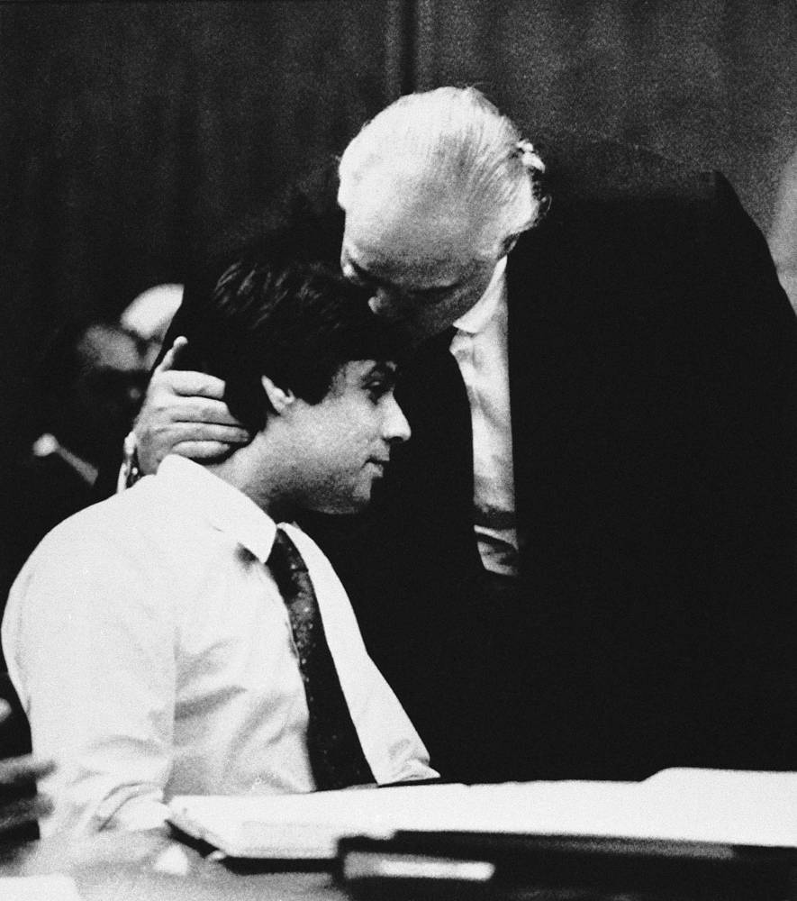 Старший сын был осужден в 1990 году за убийство приятеля своей сестры, совершенное в калифорнийском особняке отца. На фото: Марлон Брандо с сыном Кристианом в зале суда, 1990 г.