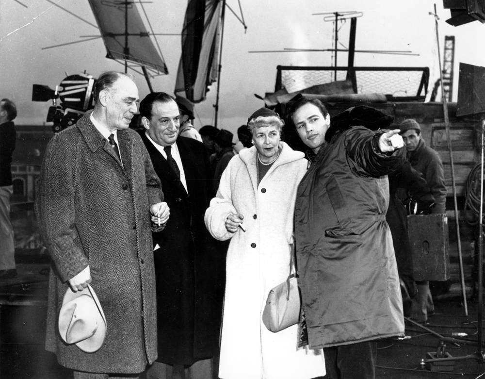 "Марлон Брандо-старший, продюсер Сэм Шпигель, Дороти Пеннибэйкер-Брандо и Марлон Брандо-младший (слева направо) на съемках фильма ""В порту"" (1954)"