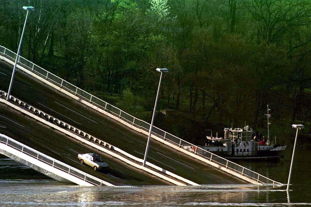 """Операция """"Союзная сила"""" в Югославии, 1999 год. Разрушенный авиаударами НАТО мост через реку Дунай, город Нови Сад, Югославия, 4 апреля 1999 года"""