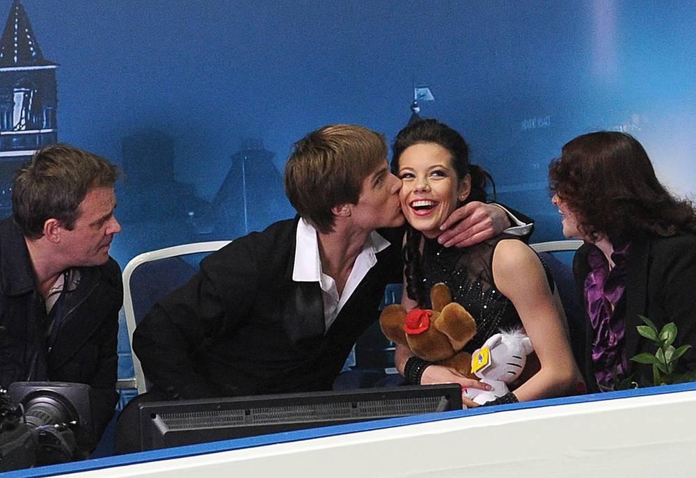 Елена Ильиных и Никита Кацалапов после выступления с короткой программой танцев на льду на Чемпионате мира по фигурному катанию-2011 в Москве