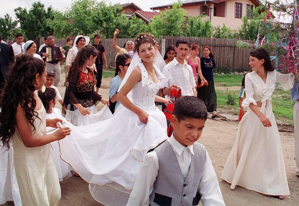 Свадьба - одно из важнейших событий в жизни цыган. Она определяет новый социальный статус молодоженов, а также является ярким моментом, развлечением в жизни общины. На фото: свадьба в одной из деревень недалеко от Бухареста, 2003 год
