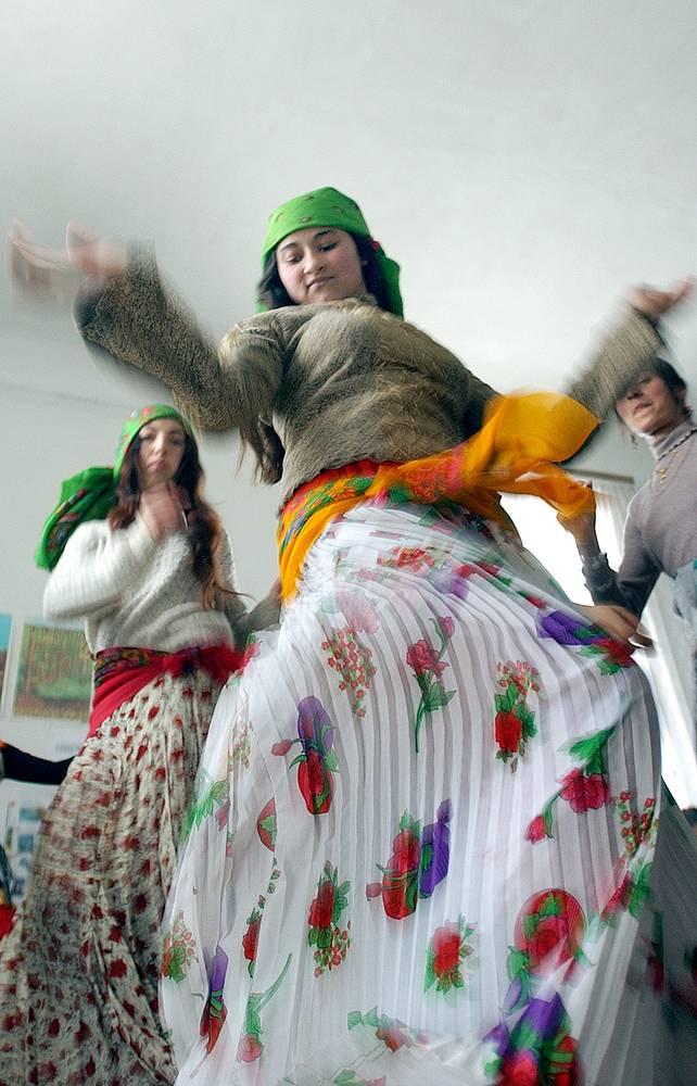 Практически у всех цыган в разных странах мира во время танца встречается покачивание плечами. На фото: исполнение традиционного цыганского танца в румынской школе, 2004 год