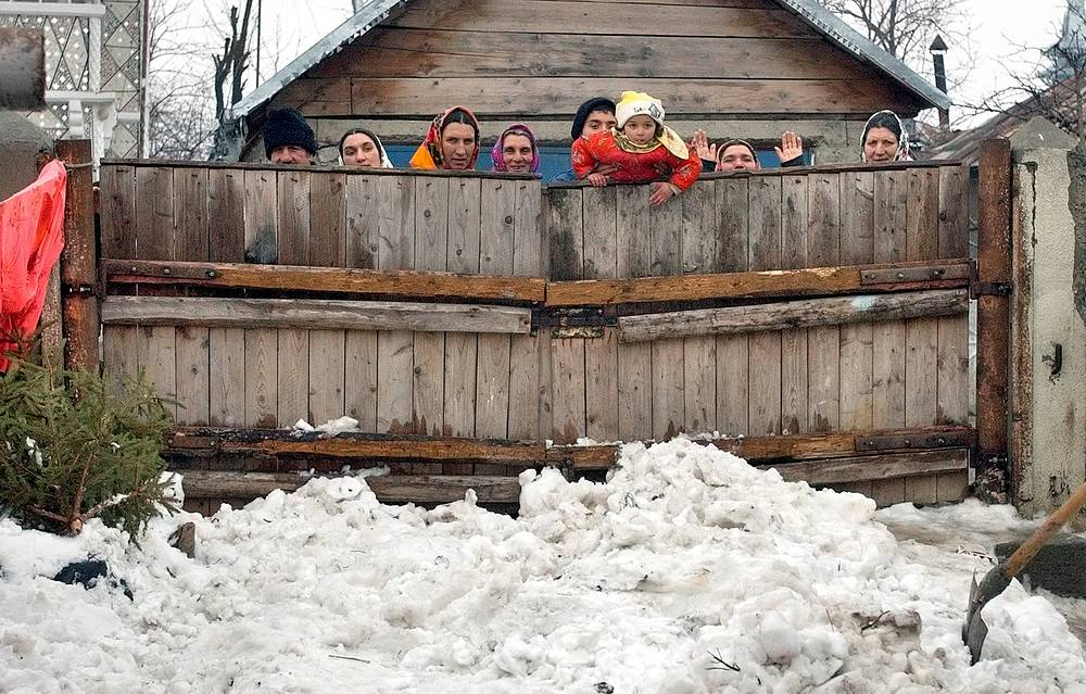 Религия играет огромную роль в жизни цыган. Цыгане в разных частях света исповедуют христианство, католицизм, ислам. На фото: цыганская семья в деревне в Румынии, 2004 год