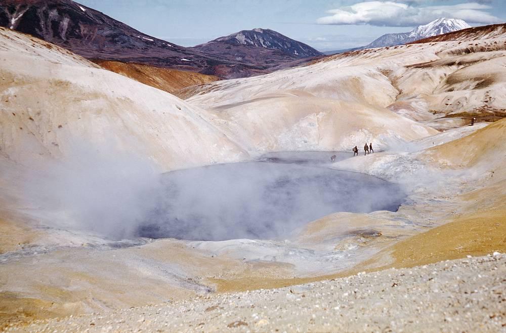 В апреле 1941 года ученые, обследуя русло реки Шумной на территории заказника, обнаружили каменистую площадку, из которой поднимался пар. Неожиданно из источника начали бить струи кипятка, и исследователи поняли, что перед ними гейзер. На фото: впадина вулкана Узон, 1975 год