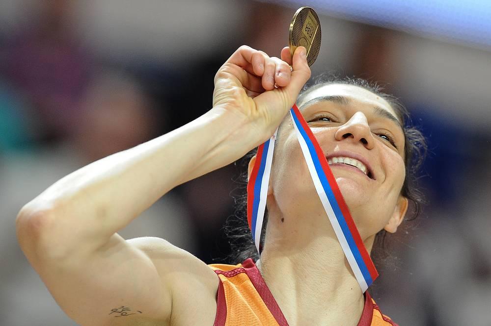"""Баскетболистка команды """"Галатасарай"""" на церемонии награждения победителей """"Финала восьми"""" женской баскетбольной Евролиги"""
