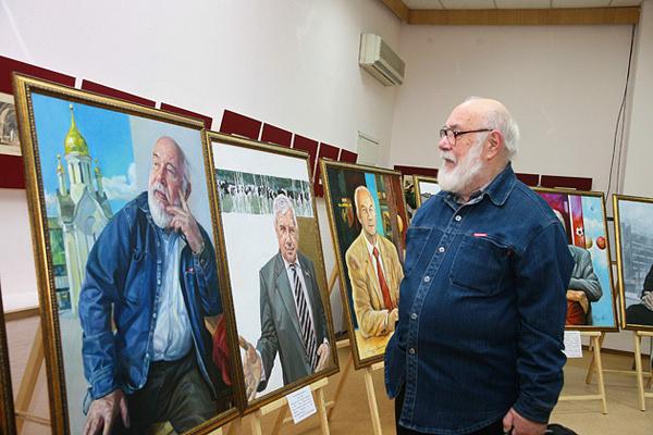 Александр Чернобровцев у своего портрета