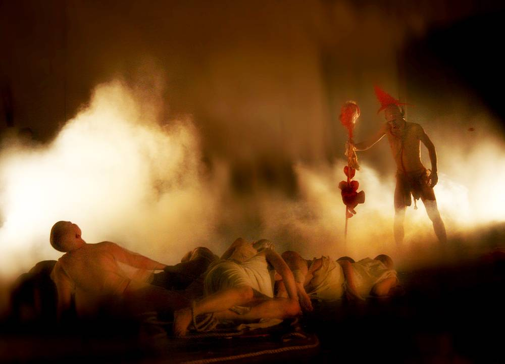 "Антон Адасинский в сцене из спектакля ""TOTENTANZ"" театра DEREVO."
