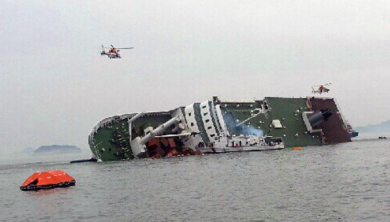 В районе ЧП продолжается спасательная операция. Президент Республики Корея Пак Кын Хе распорядилась мобилизовать все имеющиеся силы и средства для спасения пассажиров и членов экипажа парома
