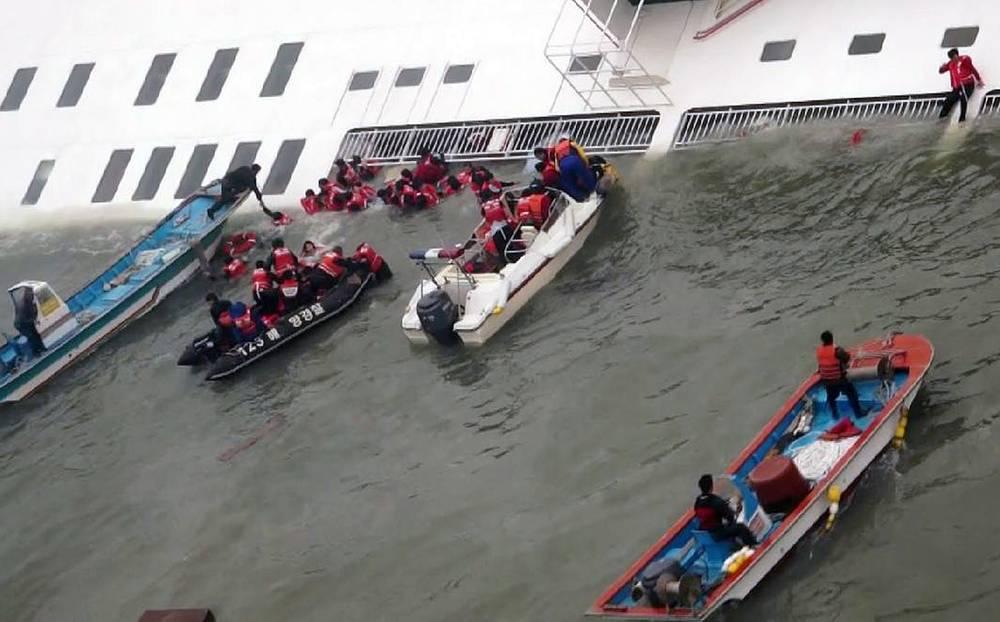 Первоначально власти Южной Кореи сообщили, что спасти удалось 368 человек. Однако позже появились уточненные данные, согласно которым спасены были около 180 человек, 9 человек погибли