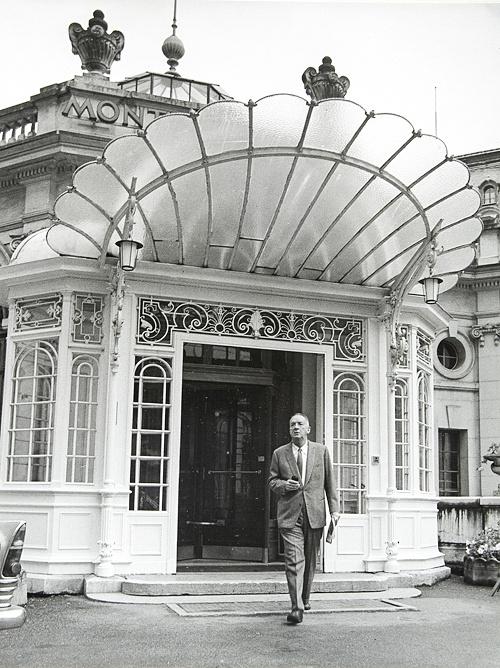 В 1961 году Набоков с супругой поселились в швейцарском Монтрё. На фото: Владимир Набоков у входа в отель Montreux Palace в Швейцарии, 1967 год