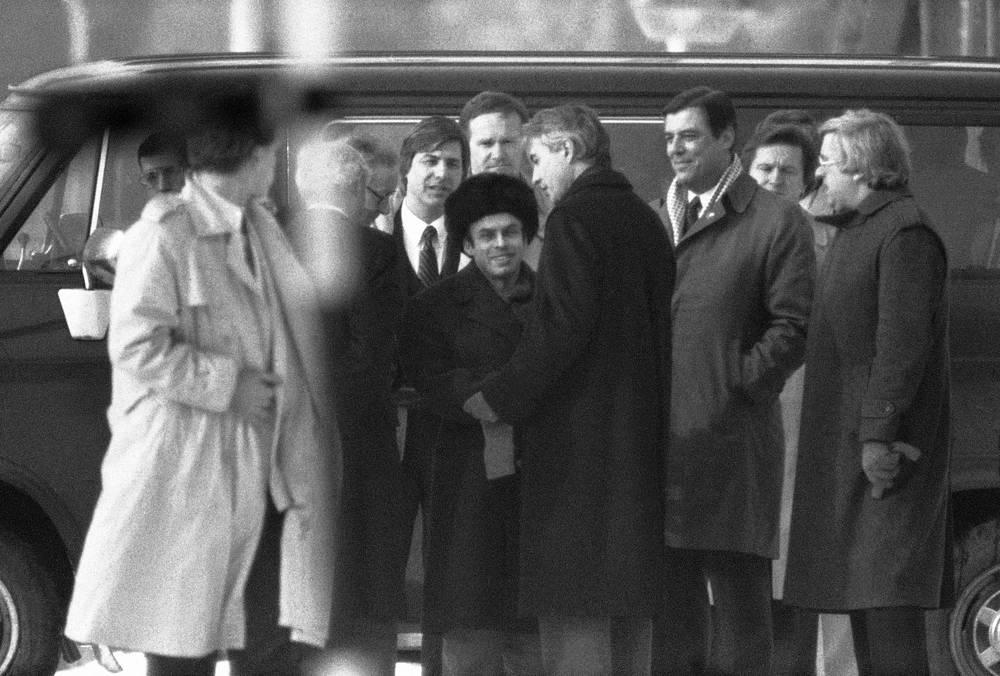 В обмен на арестованных в Нью-Йорке сотрудников чехословацкой разведки супругов Карла и Ханну Кёхер, советского разведчика Евгения Землякова, поляка Ежи Качмарека и немца Детлефа Шарфенорта из СССР были отпущены диссидент Натан Щаранский (в центре) и три американских разведчика