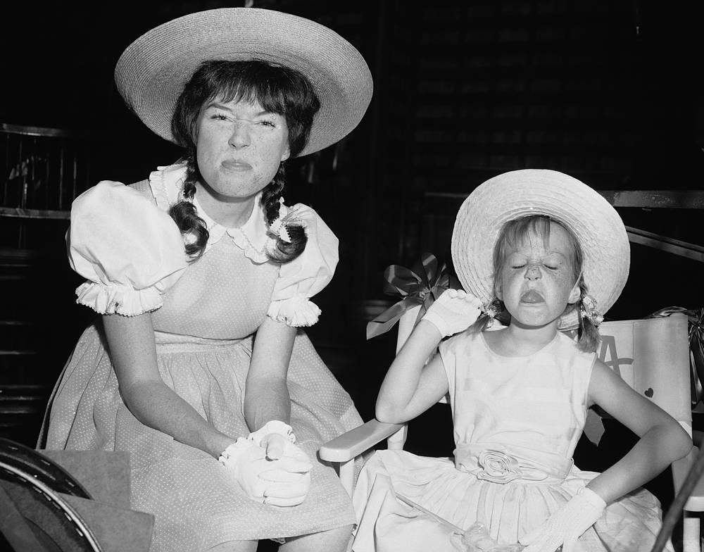 Ширли Маклейн в образе 12-летней девочки со своей дочерью, семилетней Стефани, 1963 год