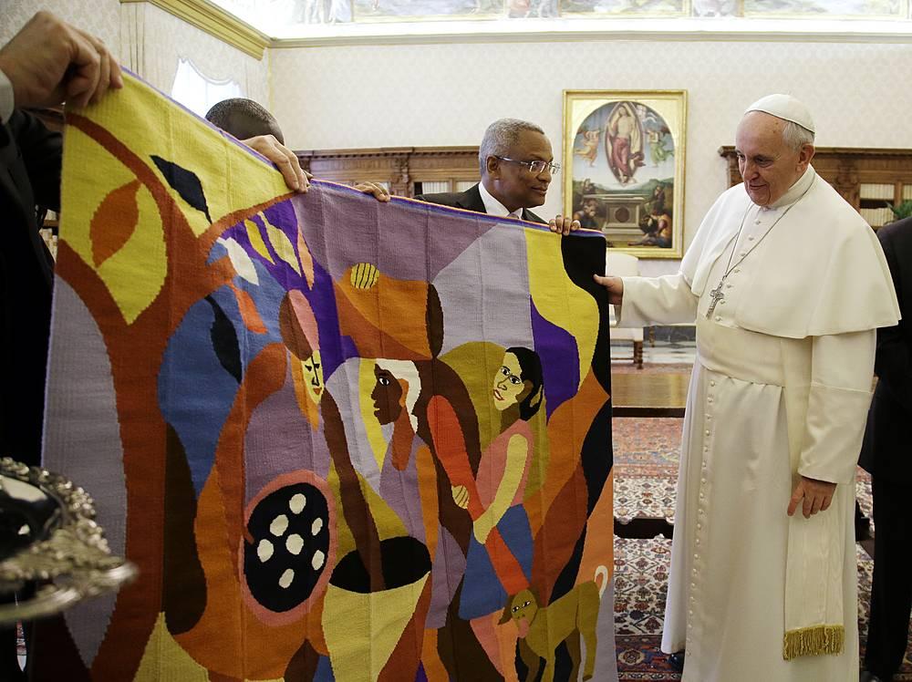 Премьер-министр Республики Кабо-Верде Жозе Мария Невеш преподнес понтифику гобелен с вышивкой