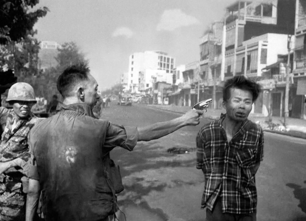 """Фотография американского фотографа Эдди Адамса """"Расстрел в Сайгоне"""". На фото: генерал Нгуен Нгок Лоан стреляет в партизана вьетнамской армии, 1 февраля 1968 года"""