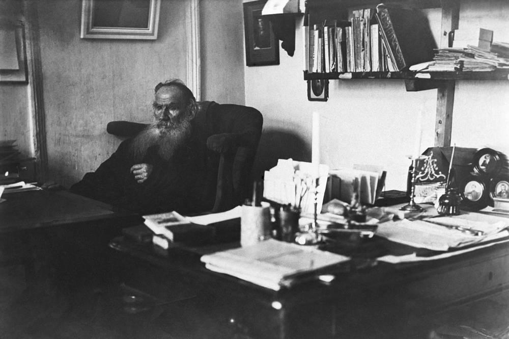 """Писатель Лев Толстой в имении """"Ясная поляна"""" в Тульской области, 1907 год. С этим имением связана вся жизнь писателя, здесь он прожил более 50 лет и создал свои главные произведения"""