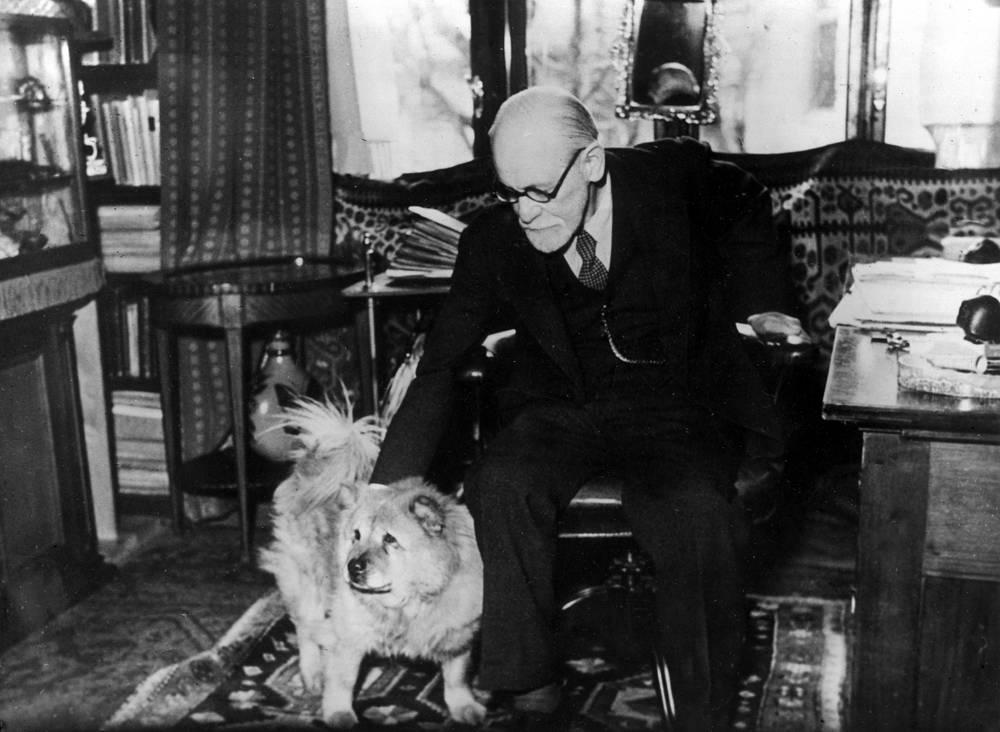 Австрийский ученый, психолог, основатель психоанализа Зигмунд Фрейд в рабочем кабинете в Вене, 1937 год