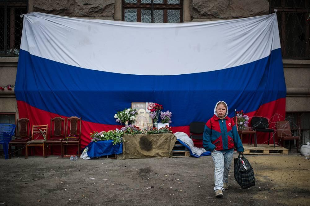 4 мая на сгоревшем Доме профсоюзов вывесили огромный флаг России