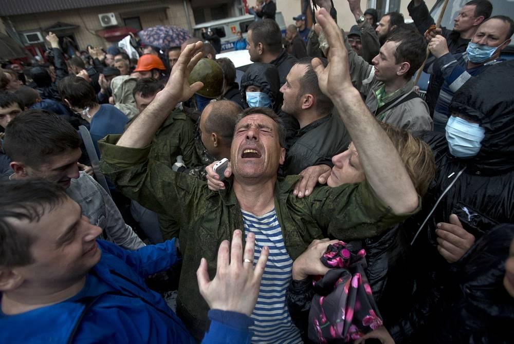 В воскресенье 4 мая в Одессе более тысячи человек заблокировали здание городского управления МВД, требуя отпустить задержанных 2 мая сторонников федерализации. На фото: освобождение части задержанных
