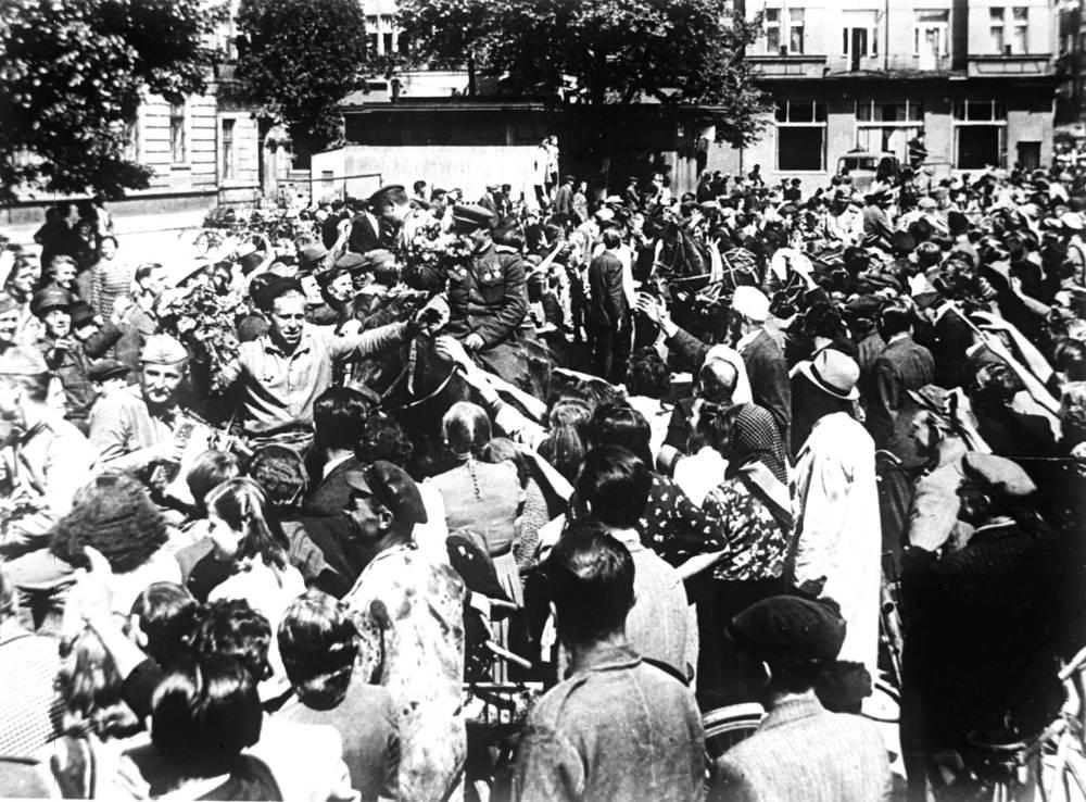 Население города Пардубице (Чехословакия) приветствует бойцов Красной Армии в День Победы, 9 мая