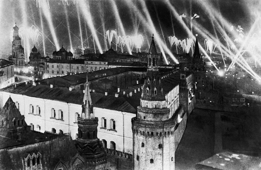Москва салютует войскам Красной Армии, кораблям и частям Военно-морского флота, одержавшим победу над Германией, 9 мая