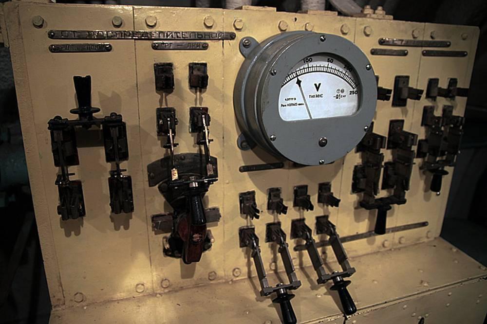 Вольтметр, измеряющий напряжение в аккумуляторах
