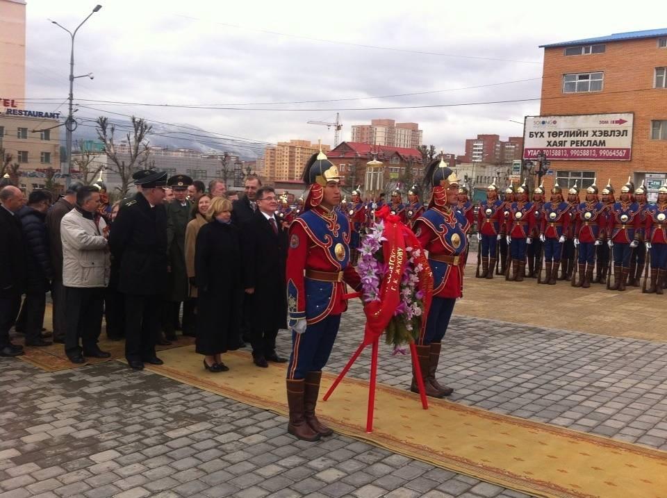 Возложение венков к Мемориалу советским воинамов