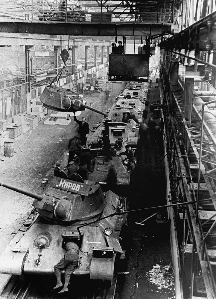 Великая Отечественная война. Рабочие сборочного цеха Кировского завода за сборкой танков. 1942 год