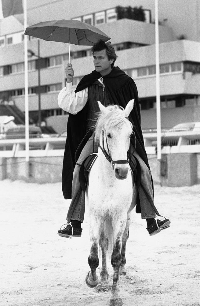 Джон Филипп катается на лошади, 1984 год