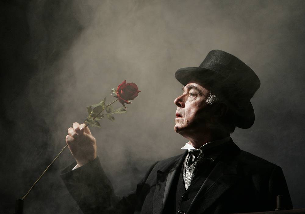 """Питер Иган в спектакле """"Секрет Шерлока Холмса"""" (2010) на сцене Duchess Theatre в Лондоне"""
