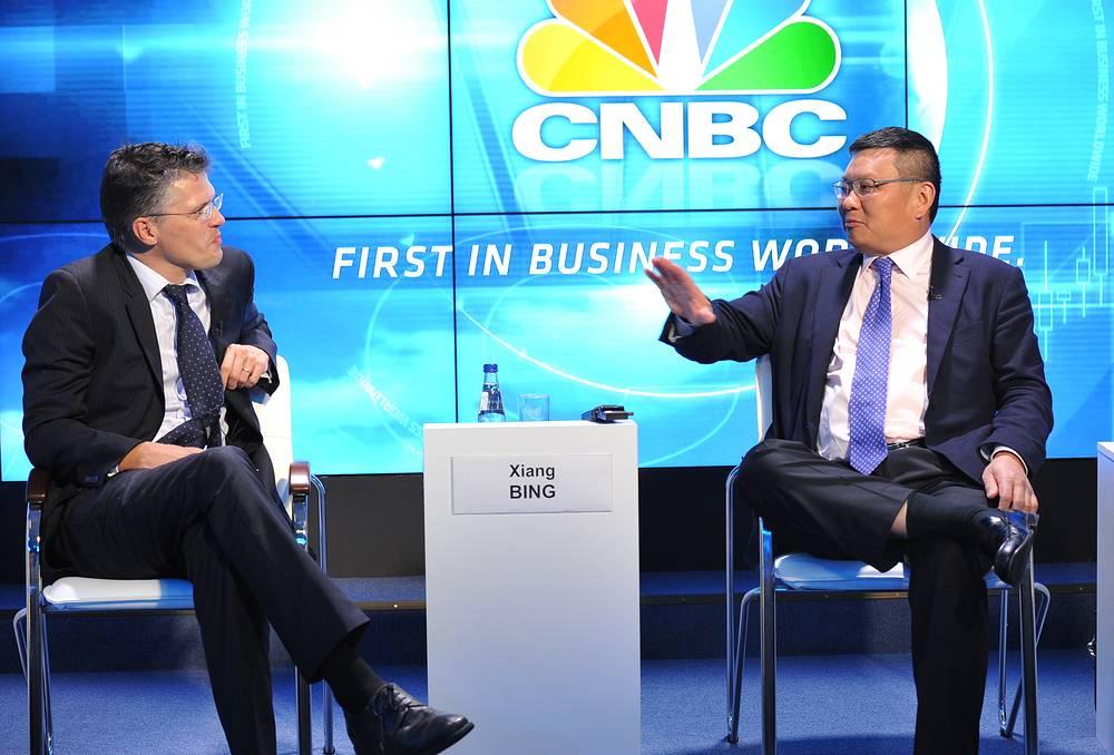 """Главный экономист """"Ренессанс Капитал"""" Чарльз Робертсон и основатель, директор и преподаватель Высшей школы бизнеса Cheung Kong (CKGSB) Сян Бин  во время теледебатов """"CNBC перспективы глобального роста в меняющемся мире"""""""
