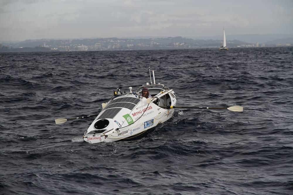 Конюхов в открытом океане примерно за 5 км до финиша в Австралии