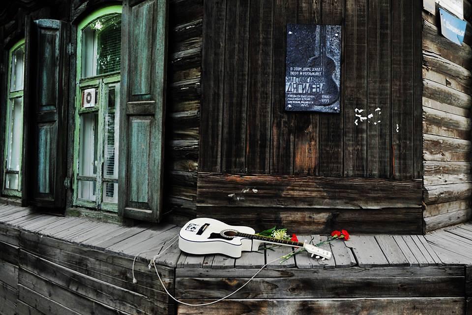 Мемориальная доска на доме, где жила рок-музыкант Янка Дягилева