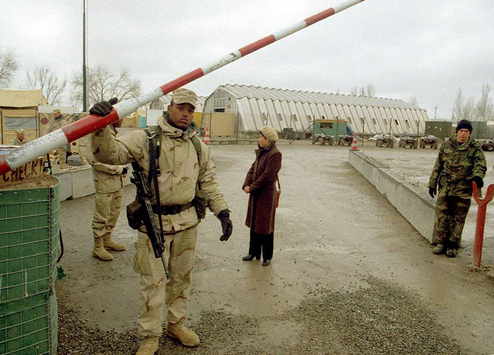 4 декабря 2001 года США и Киргизия заключили соглашение о предоставлении части аэропорта Манас для базирования военнослужащих и воздушной техники, принимающих участие в операции в Афганистане. Соглашение было заключено сроком на год с возможностью дальнейшей автоматической пролонгации