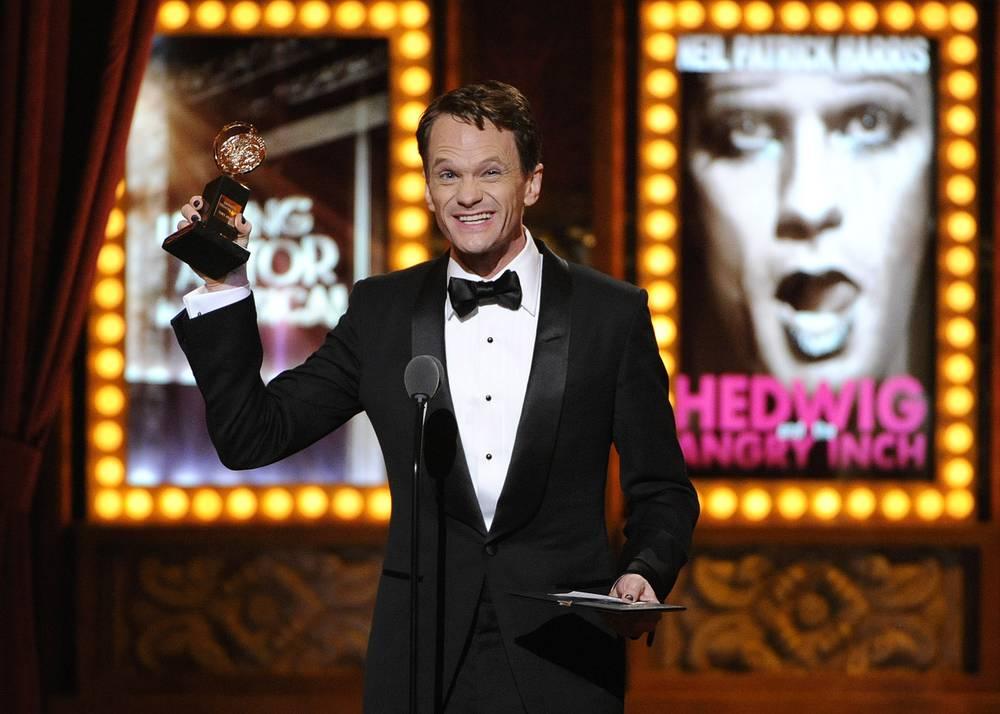 """Лучшим актером мюзикла был признан Нил Патрик Харрис, сыгравший в """"Хедвиге и злосчастном дюйме"""". Авторами оригинальной постановки 1997 года являются Джон Кэмерон Митчелл и Стивен Траск. Версию """"Хедвига и злосчастного дюйма"""" с Харрисом поставил обладатель Tony Award за мюзикл """"Весеннее пробуждение"""" Майкл Майерс. Харрис известен ролью Барни Стинсона в телесериале """"Как я встретил вашу маму"""""""