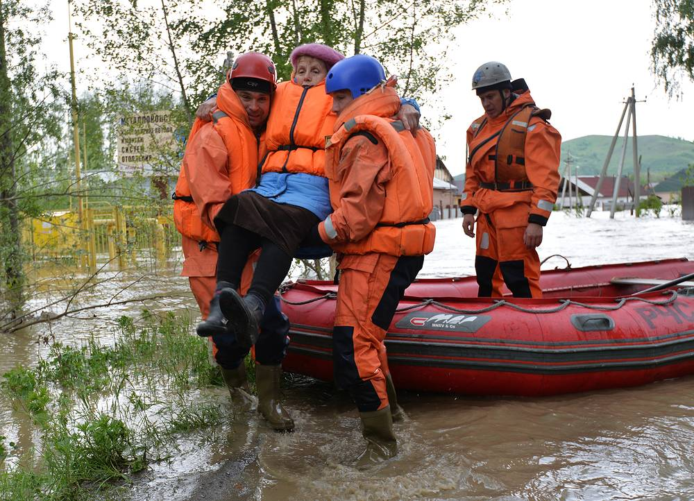 Эвакуация жителей пострадавших регионов