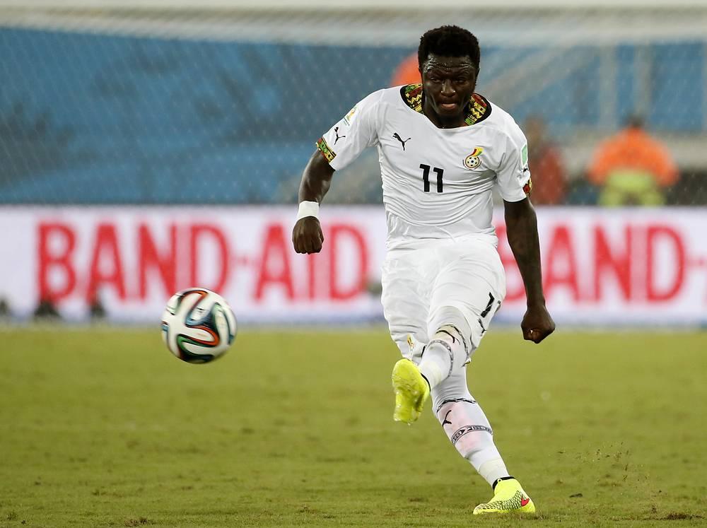 Полузащитник сборной Ганы Салли Мунтари наносит удар по воротам команды США