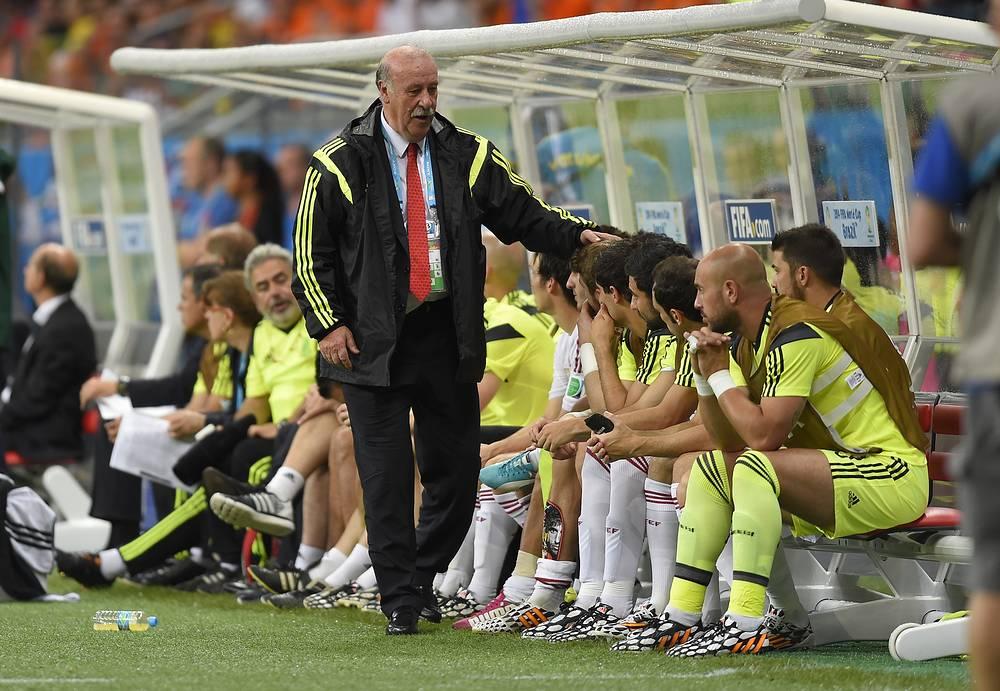 Висенте дель Боске подбадривает своих игроков в матче со сборной Нидерландов