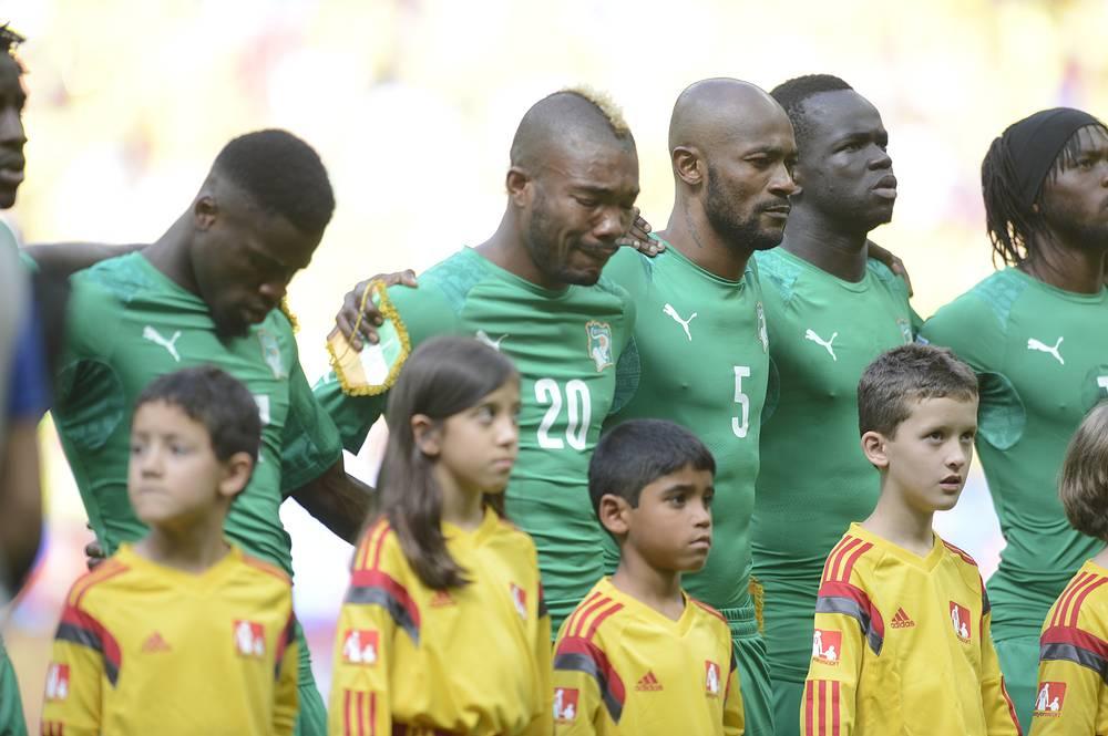 Слезы игрока сборной Кот- д'Ивуара Сере Ди (в центре) во время исполнения гимна