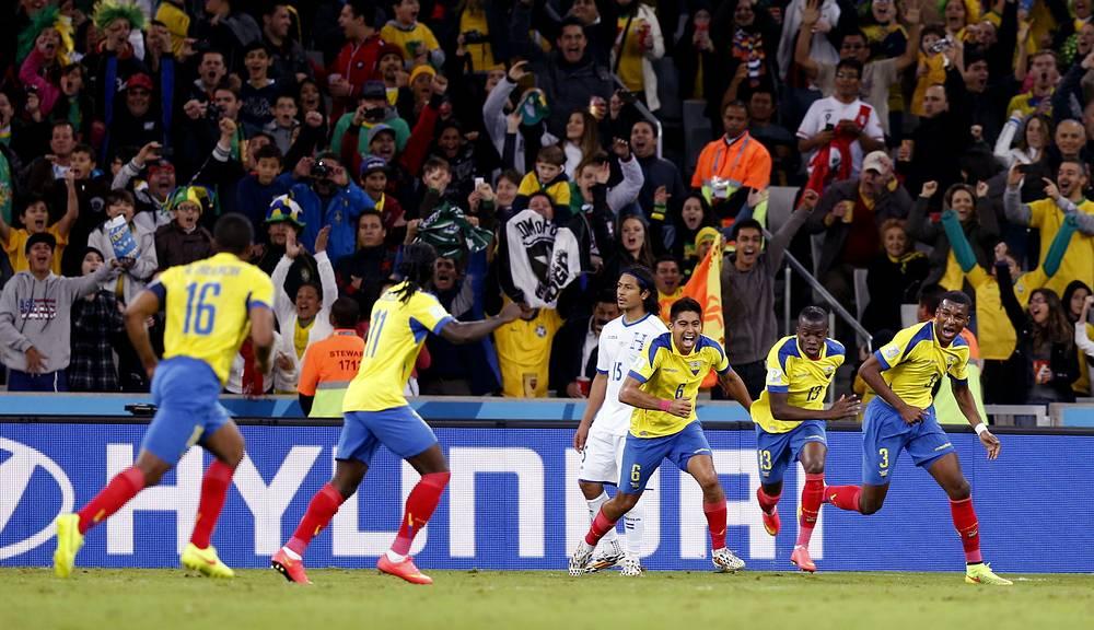 Радость футболистов Эквадора, которые только что вышли вперед
