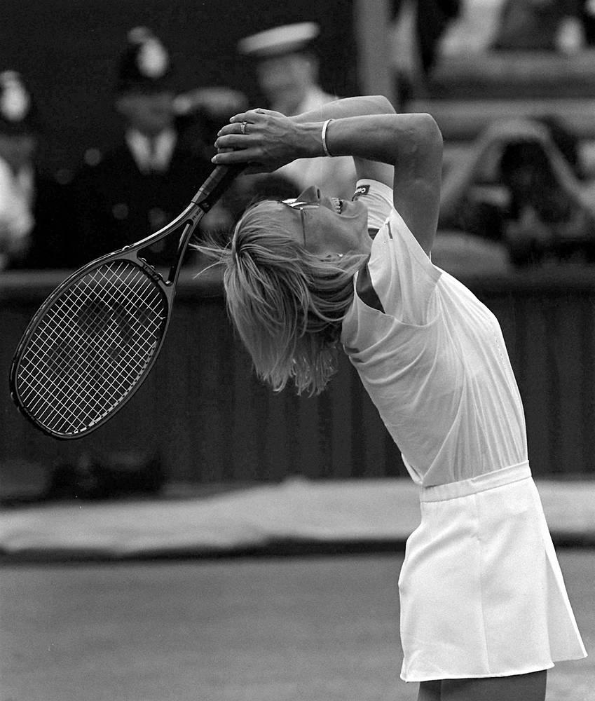"""Мартина Навратилова - чешская и американская теннисистка, первая ракетка мира в 1978-1987 годах. Навратилова - родоначальница современного силового женского тенниса. Она первой стала использовать атлетические элементы, первой позаимствовала у мужчин прием """"подача - выход к сетке"""", который принес ей девять побед в одиночном разряде Уимблдона. На фото: 1986 год"""