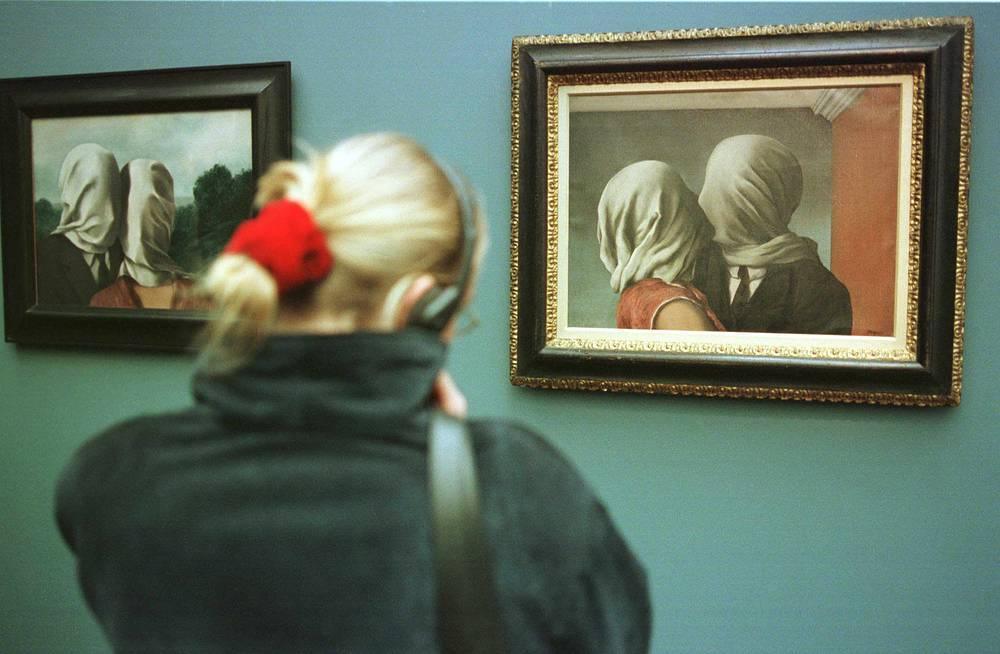 """""""Влюбленные"""" Рене Магритта на выставке в музее современного искусства в Брюсселе"""