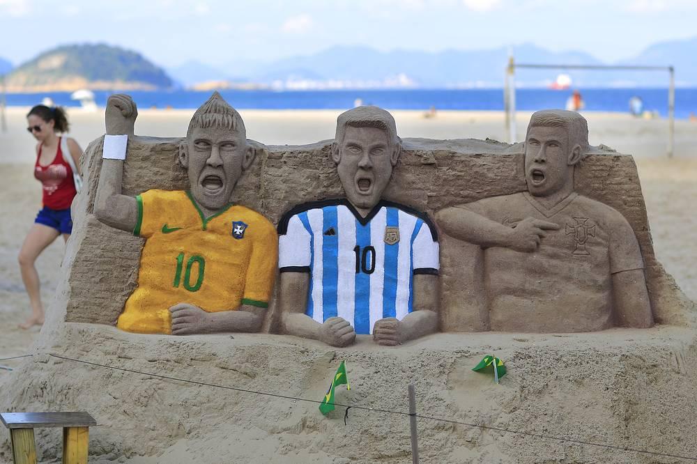 Песчаные фигуры Неймара, Лионеля Месси и Криштиану Роналду на пляже Копакабана в Рио-де-Жанейро
