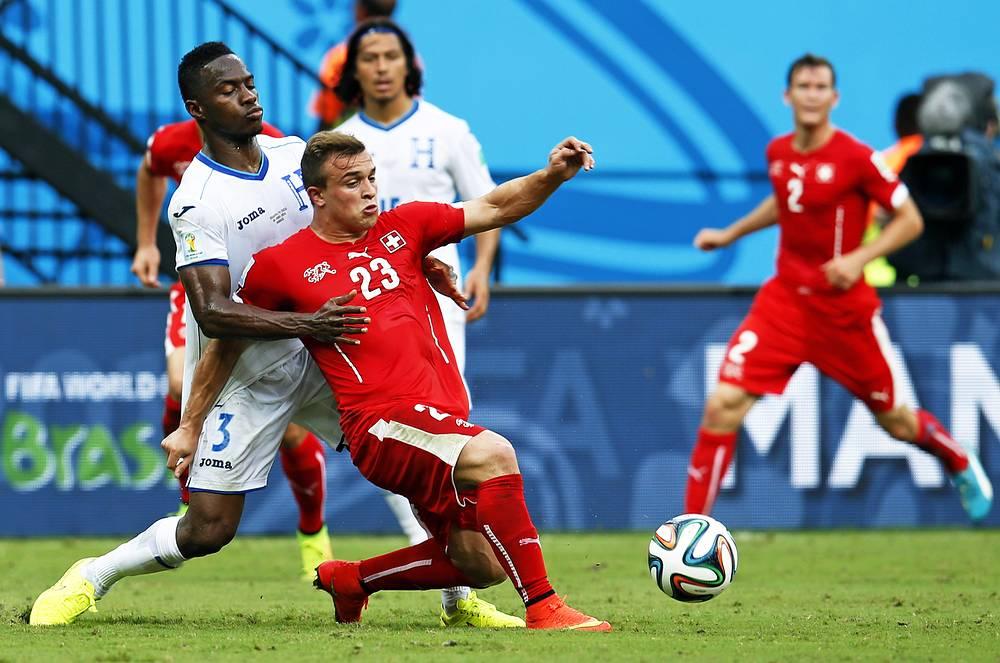 Игроки сборной Гондураса с трудом сдерживают лидера швейцарцев Джердана Шакири